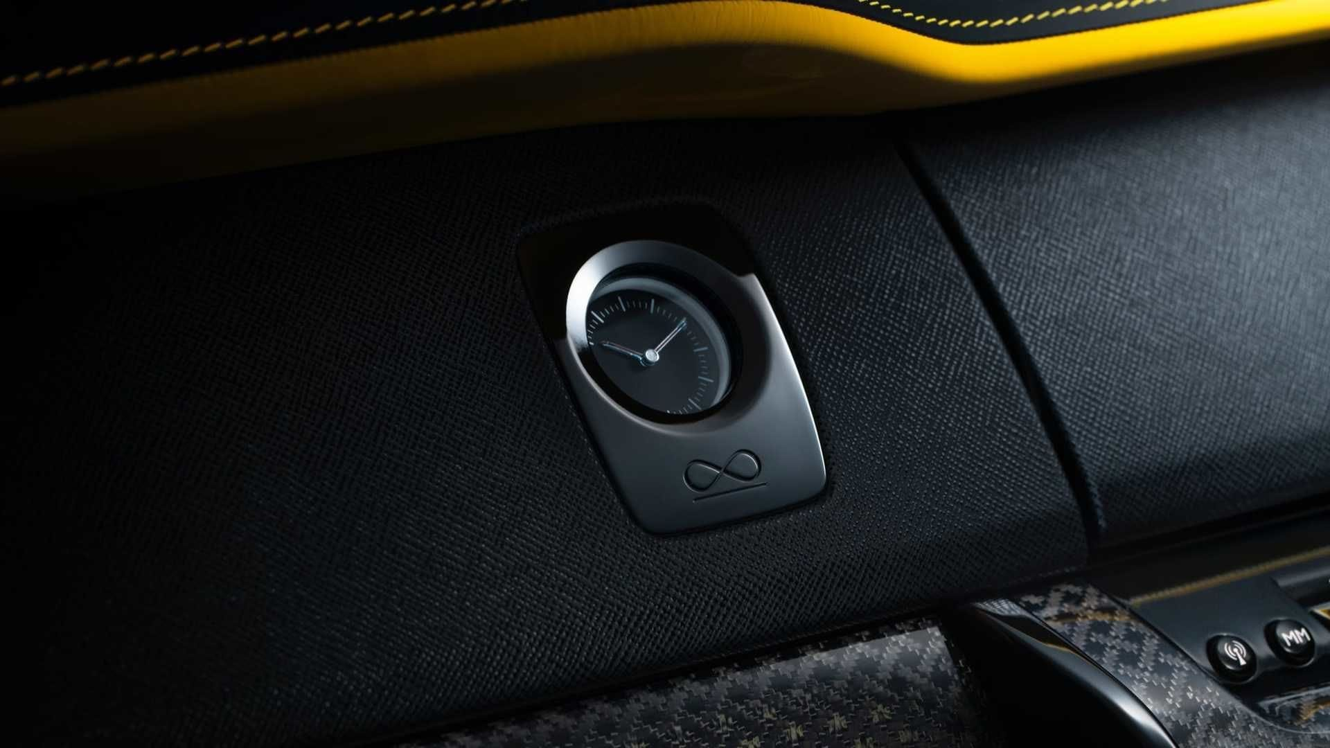 The dash of the new SUV wears a luxury carbon fibre finish.
