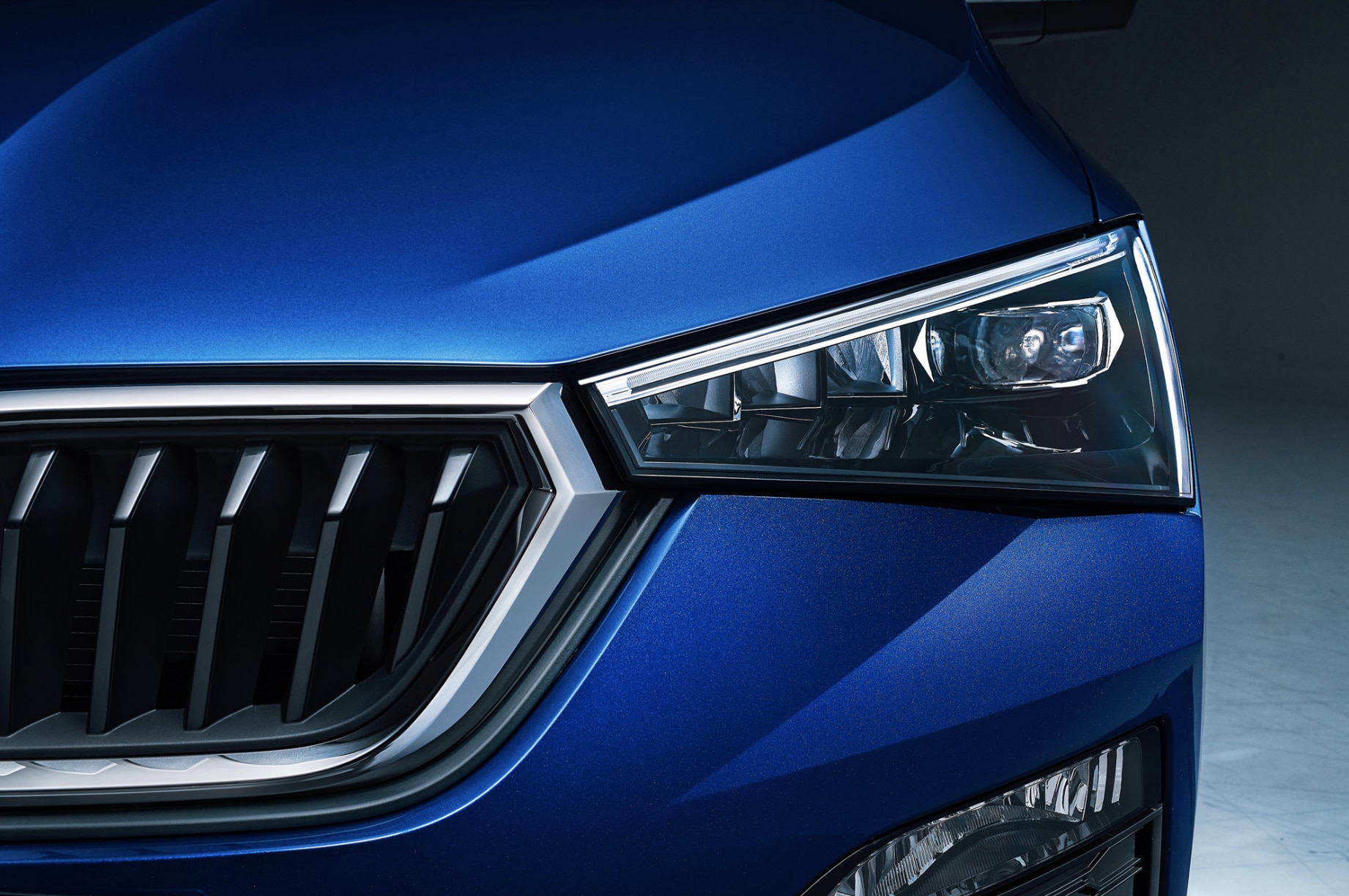 It sports arrow-shaped headlights with built-in LEDs and a hexagonal radiator grill