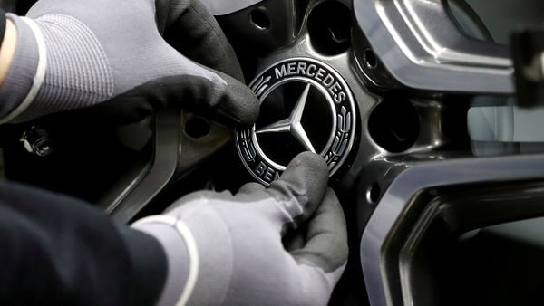 FILE PHOTO: An employee of German car manufacturer Mercedes Benz installs a hubcap at a A-class model at the production line at the Daimler factory in Rastatt, Germany, February 4, 2019. REUTERS/Kai Pfaffenbach//File Photo (REUTERS)