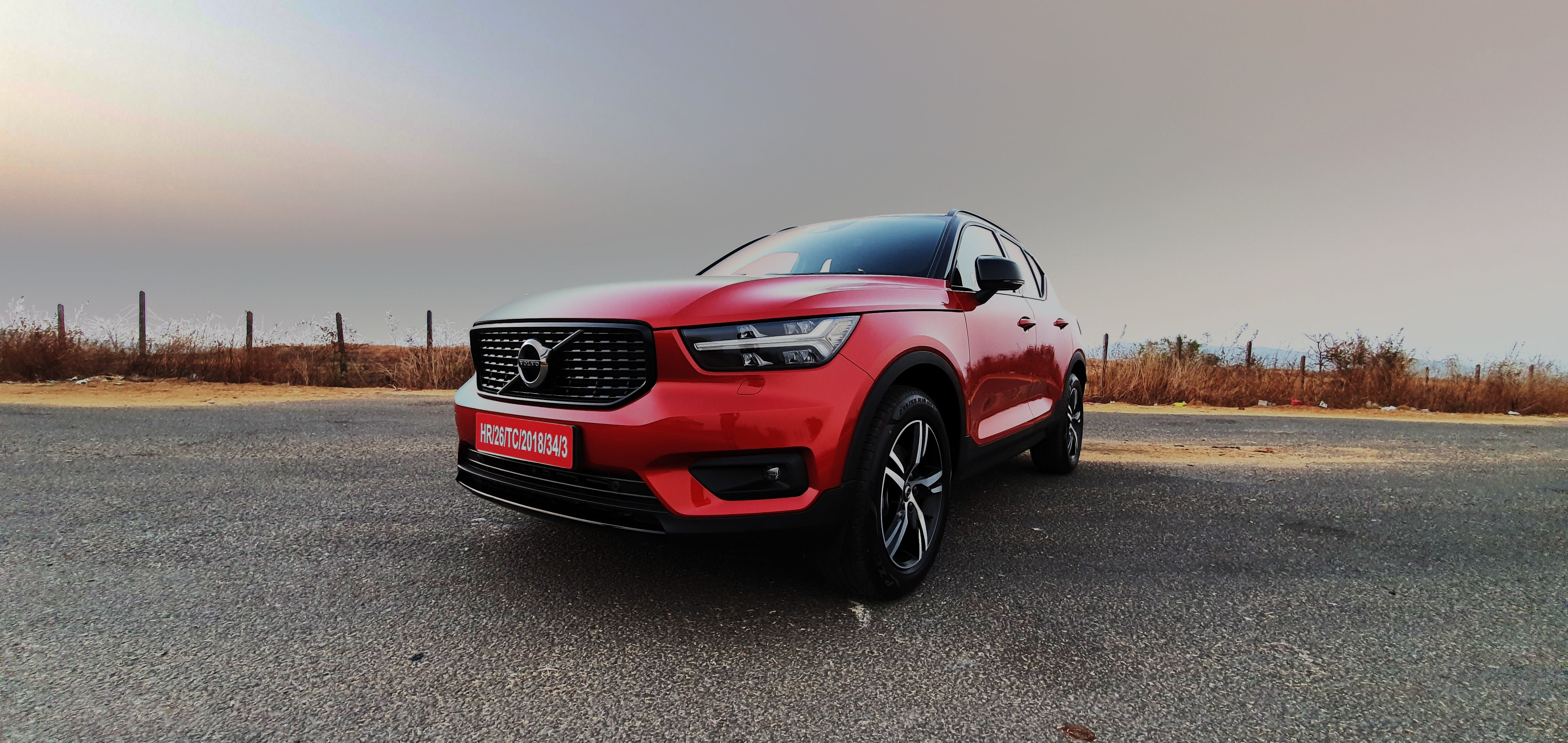 Volvo has driven in the petrol version of the XC 40 compact luxury SUV in India. The XC 40 T4 R-Design looks similar to its diesel sibling - barring subtle changes and a 2.0 litre turbo petrol engine. (HT Auto photo)