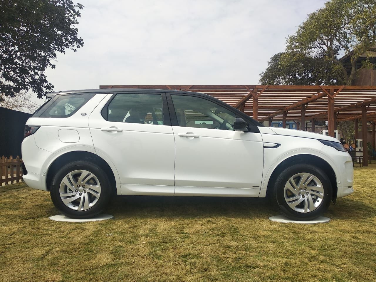 The new Discovery Sport stands 4,600 mm in length, 2,173 mm in width (including side mirrors), height of 1,724 mm and has a wheelbase measuring 2,741 mm