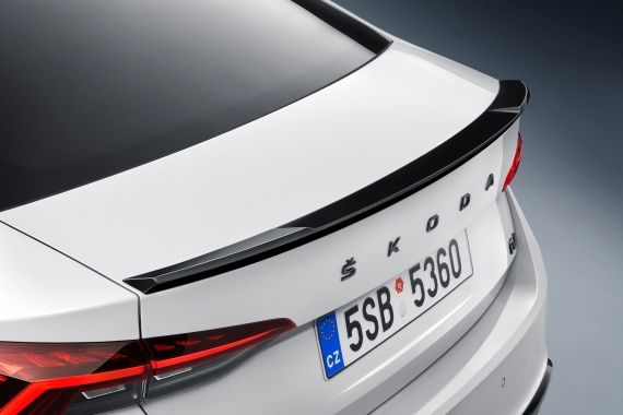 The Octavia RS iV comes with sporty spoilers at the front and rear. At the rear, the lights are now drawn horizontally, which makes a more modern and broad impression.