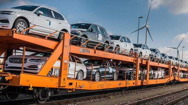 Volvo Cars is significantly cutting CO2 emissions in its logistics operations by switching transports between its manufacturing plants and new car depots from trucks to trains.