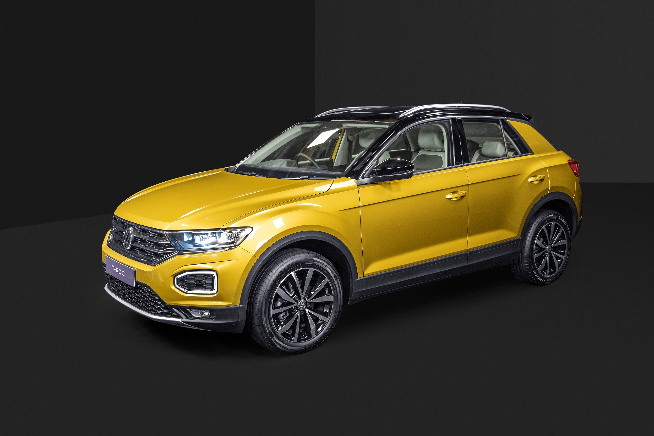 The SUV gets black-coloured exterior mirrors, body-coloured door handles and silver anodised roof rails. The dual-tone roof lends it a sporty character.