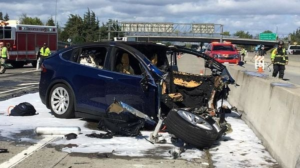 Rescue workers attend the scene where a Tesla electric SUV crashed into a barrier on U.S. Highway 101 in Mountain View, California, March 25, 2018. (REUTERS)