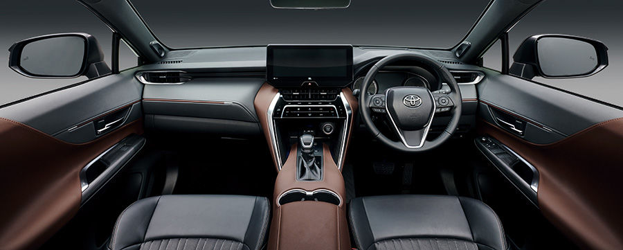 The centre console inside the new Toyota Harrier gets a wide and imposing impression of a horse's saddle.