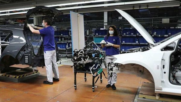 Production processes at Volkswagen are being optimised and consistent minimum distances and strict hygiene standards will apply in all areas.