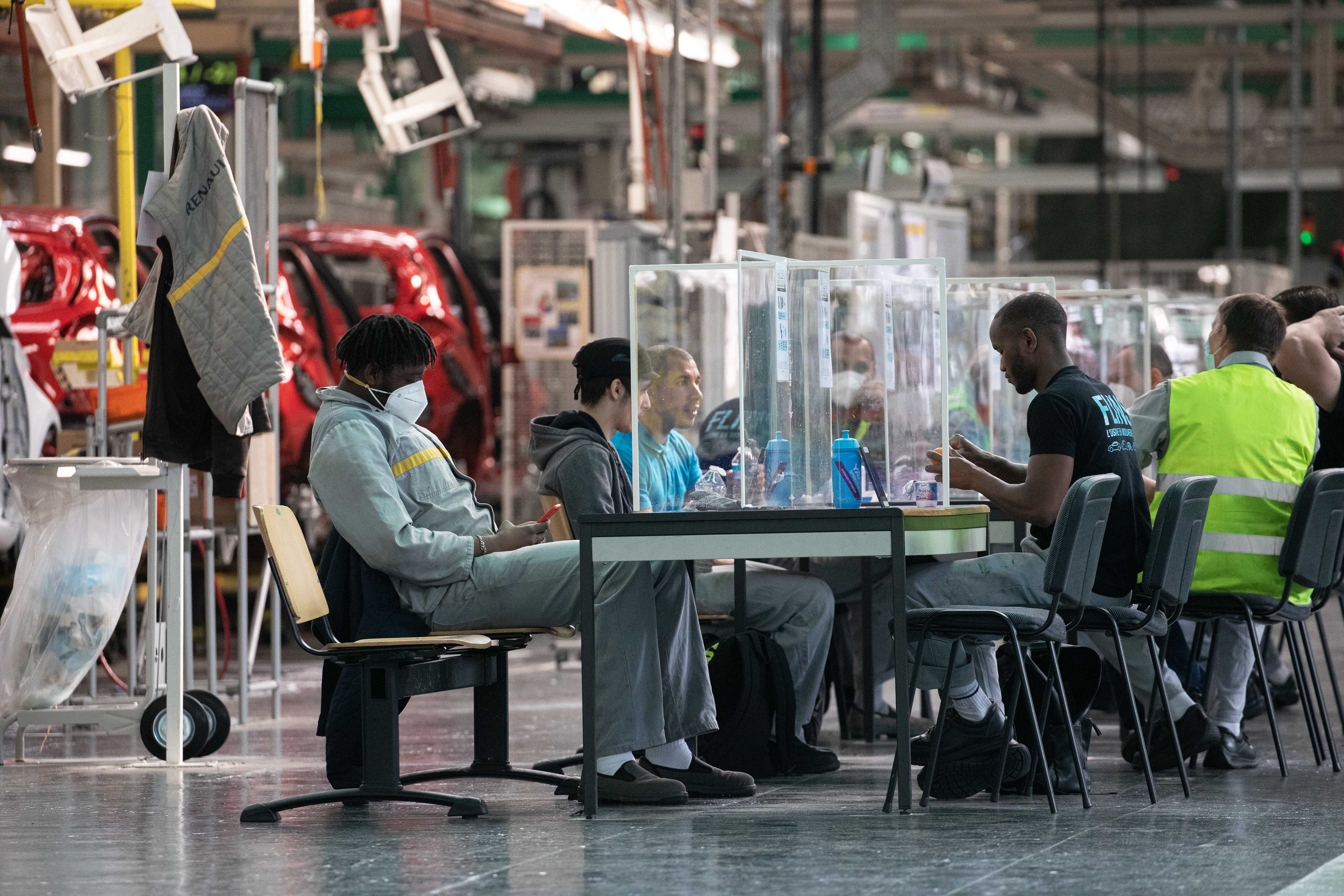 As safety of employees is of utmost importance, Renault has installed table top protective screens at assembly lines of its factory in France. It helps avoid unnecessary physical contact while workers spend time together during breaks. (Bloomberg)