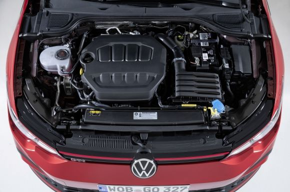 The incorporation of the Performance engine now becomes the own of the eighth generation GTI. Thus, the four-cylinder 2.0 TSI with 245 hp and a maximum torque of 370 Nm is responsible for launching it up to 250 km / h top speed (electronically limited).