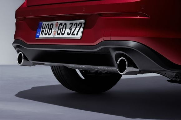 From the rear, the position of the exhaust pipes stands out, on both sides of the rear diffuser.