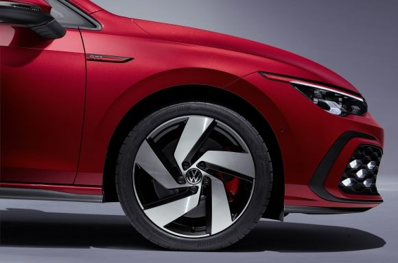 The Golf GTI gets 17-inch wheels that show red brake calipers and black side skirts that form a line with the front separator and the rear diffuser.
