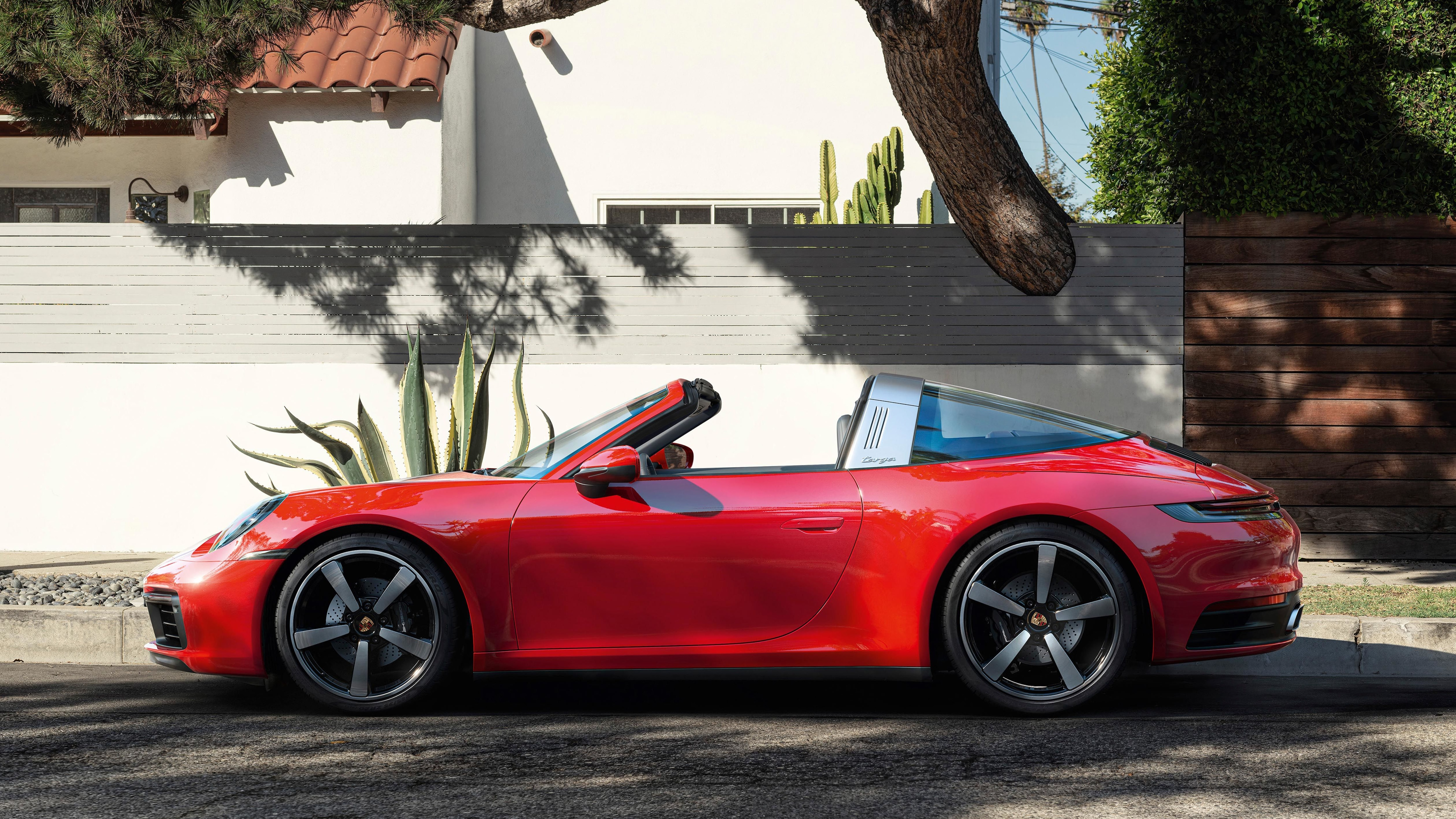 The Targa is powered by a six-cylinder, three-litre boxer engine with twin turbochargers. It now delivers 283 kW (385 PS) and accelerates from zero to 100 km/h in just 4.2 seconds – one tenth faster than before.
