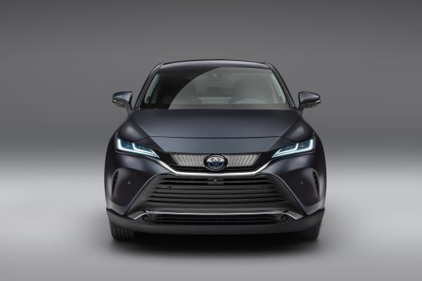 Just like Harrier, Venza gets a front with continuity of lines flowing from the front upper grille through to the headlamps. Similarly, it has a chrome strip integrating the headlights and a strip underlining the grille.