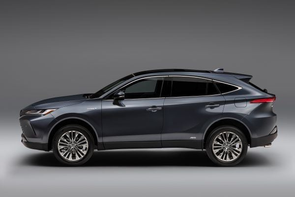 On the sides, the Venza has stooping roofline with chrome outline on the windows which are difficult to separate from Harrier.