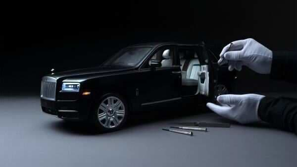 The scale model of the Roll-Royce Cullinan SUV carries every detail of the vehicle in a miniature form, even the umbrellas placed on the door handles.