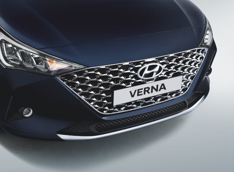 The regular Verna petrol model gets a dark chrome front radiator grille.