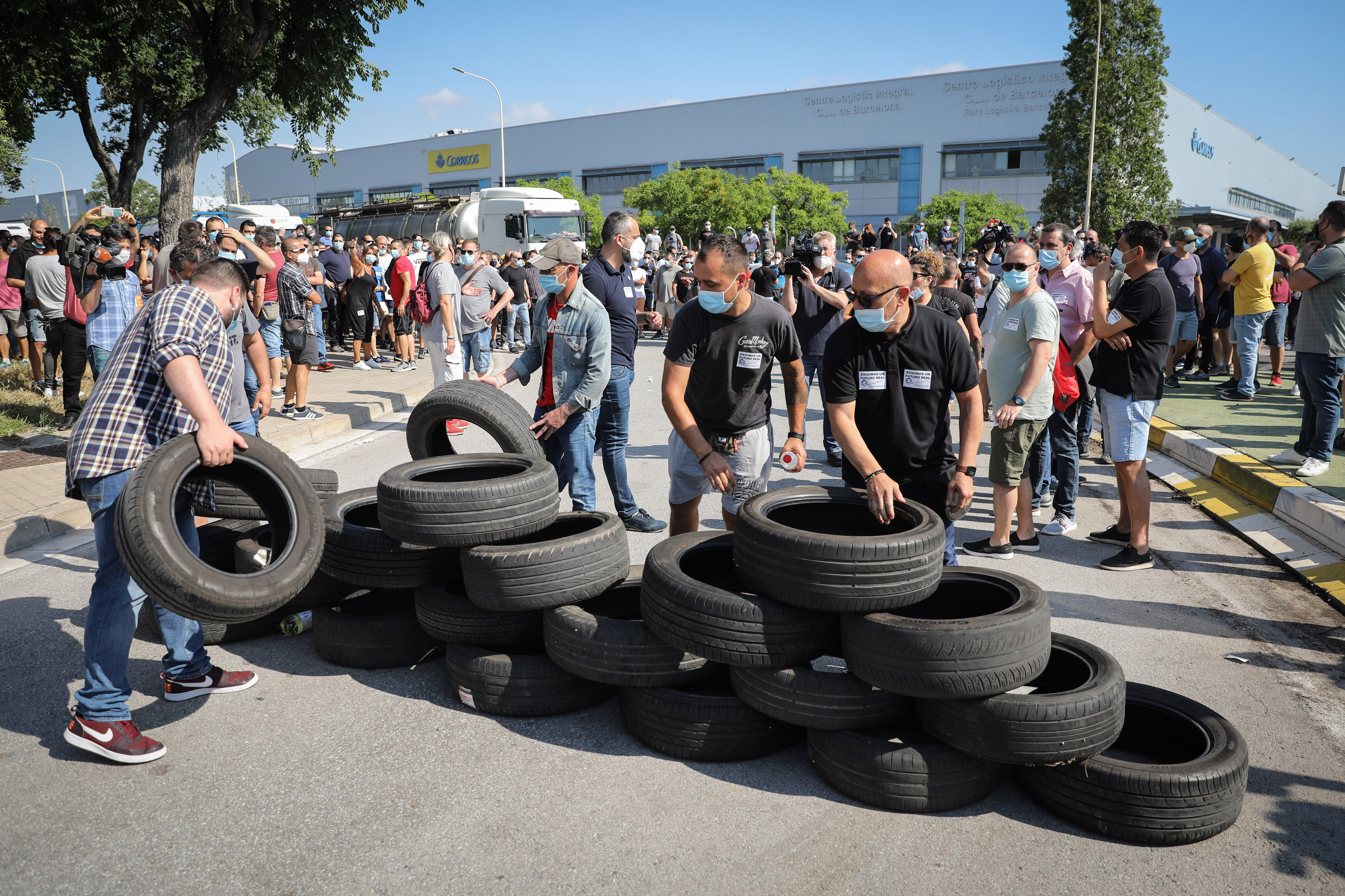 Nissan workers built a blockade with automobile tyres during the demonstration against Barcelona plant closure. A trade union member said that they will continue to fight to seek to reverse the situation caused by the company's decision. (Bloomberg)