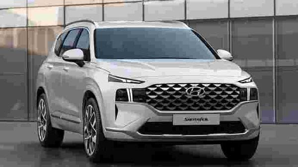 The 2020 Santa Fe gets a wide grille that extends across the entire width of the vehicle. The clamped shape of the lower air intake extends the horizontal line to accentuate the vehicle's wide and well-balanced stance.