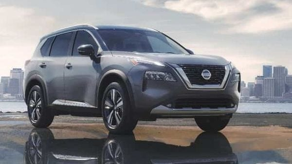 The front grille has the V-motif, which is a signature of the Nissan SUV, and the headlights have been renovated to a fearless image with thin and slender LEDs.