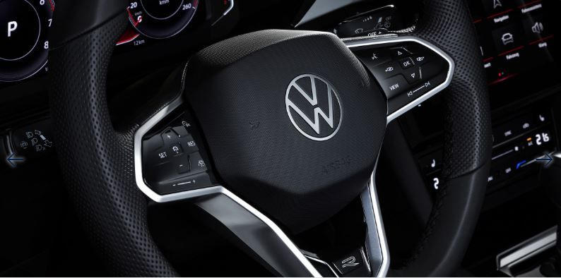 On the inside, the Arteon gets a cabin that breathes comfort and elegance. There are several changes that makes it fresher and more modern. The new steering wheel with touch sensitive controls, the new module for air conditioning and the renewed air vents stand out.