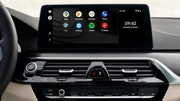 With Android Auto, the display will be split with the primary app or app drawer being placed to the left, while on the right the clock or a small media window will be displayed if one chooses to play music.