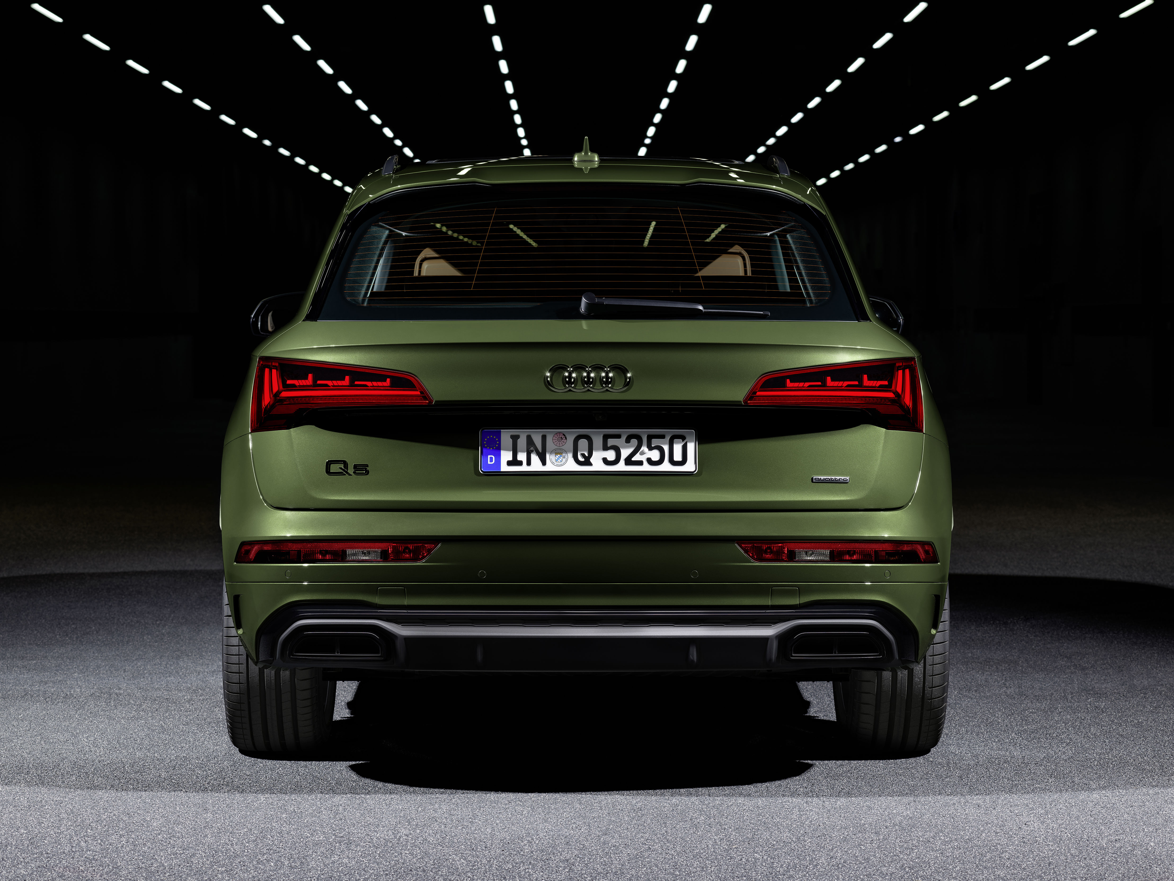 Over the rear, a new trim element between the light clusters and a new diffusor insert with a horizontal fin seeks to give the vehicle a distinctive appeal.