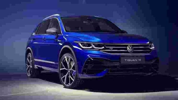 Volkswagen Tiguan R, the sporty and powerful variant of the compact SUV, gets a more modern front face, thanks to the new narrower headlights. The chrome grille bars and the brake callipers sport the R insignia.