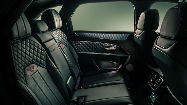Ventilation is now available in the rear of the five-seat cabin option. Passengers in the rear also enjoy significantly more space, with legroom increased by up to 100 mm depending on configuration.