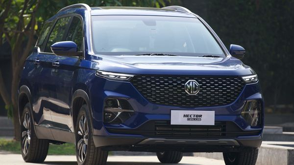 The SUV features a new glossy black grille flanked by sleeker looking LED DRLs. Compared to the Hector, its headlamps have been tweaked to make it look classier. It also gets new bumpers, new front-floating turn indicators, new tail lamps and revised skid plates.
