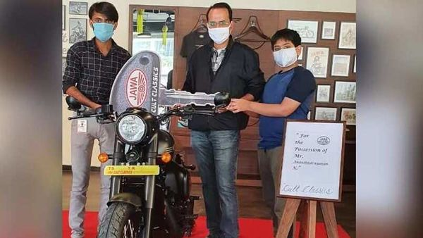 Jawa Perak BS 6 getting delivered to a customer in Hyderabad. Image Courtesy: Jawa Motorcycles