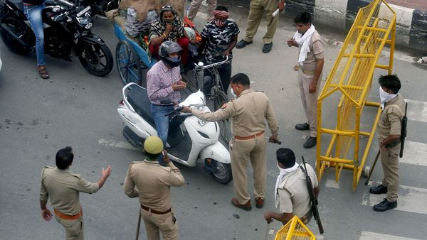 Police personnel stop commuters at Delhi Noida Border. (File photo)