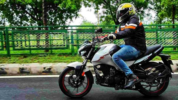 Hero Xtreme 160R comes with telescopic front forks and a monoshock at the rear. It has a soft and comfortable ride quality. Picture Courtesy: Sabyasachi Dasgupta