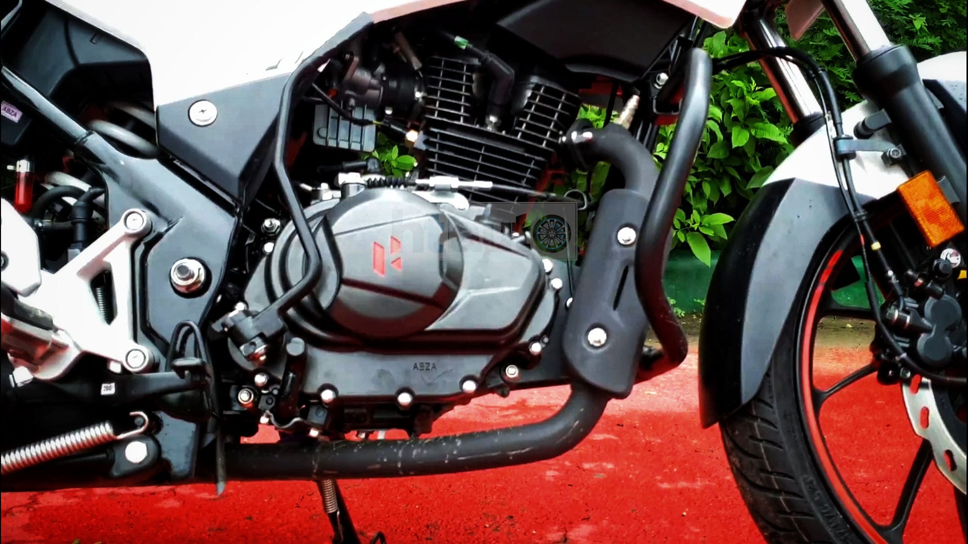 The Xtreme 160R gets a BS 6-compliant 160 cc air-cooled engine which delivers 15 PS/14 Nm and comes mated to a 5-speed gearbox. The clutch action feels fairly light and the powertrain is as smooth and refined as seen on other Hero bikes. Picture Courtesy: Sabyasachi Dasgupta
