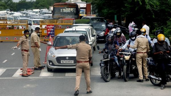 Police personnel check ID cards of commuters at Delhi Noida Border. (file photo)