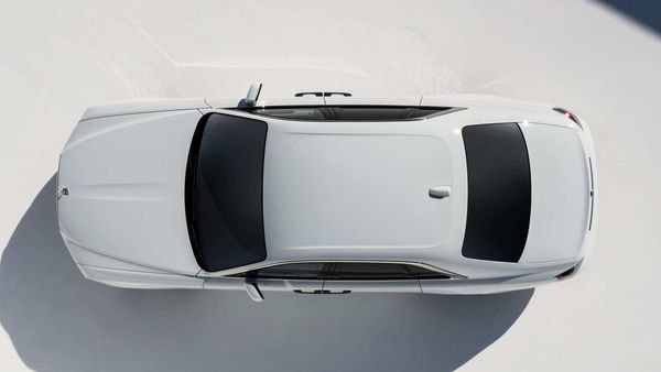 In the new Rolls-Royce Ghost, the lines are also simple and elegant, and the side glazing, for example, has the same area both at the front and at the back.