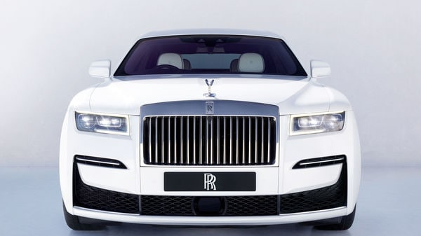 The new Ghost's exterior design is highlighted by the square headlights that combine diodes and lasers to illuminate the road up to 600 meters ahead.