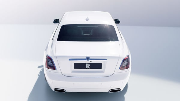The rear parts of the sedan's radiator grille slats are brushed so that they are not as shiny and do not reflect as much light.