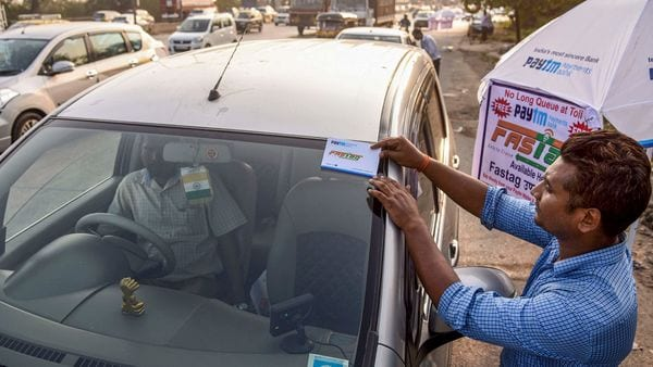 To promote digital payments at toll plazas, the government seeks to make FASTag mandatory for vehicles sold before December, 2017. (File photo) (PTI)