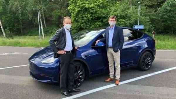 Volkswagen CEO Herbert Diess (L) after testing Tesla Model Y. (Photo: Herbert Diess/Linkedin)
