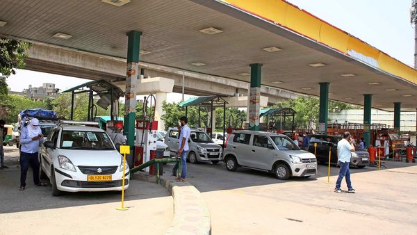 Vehicle line up for CNG filling in New Delhi. (File photo)
