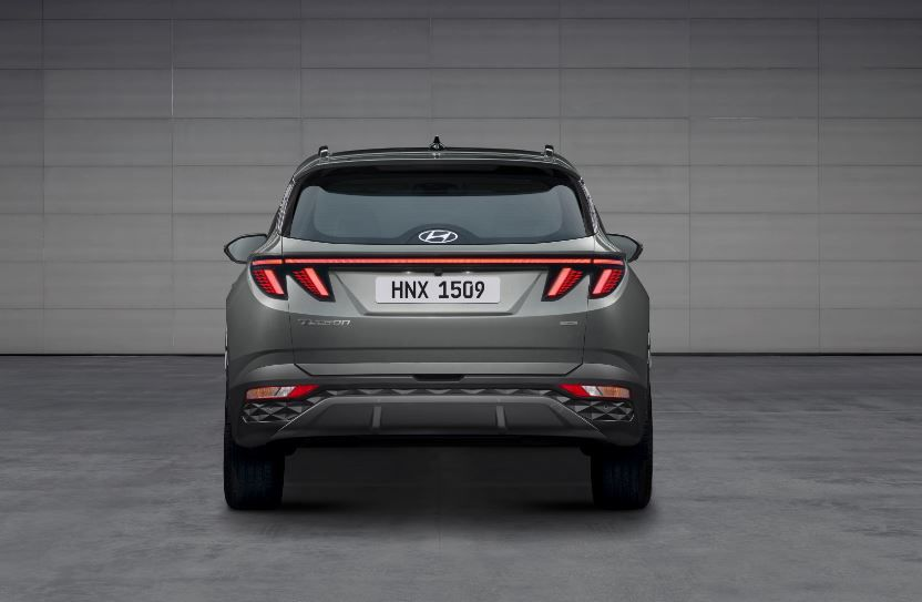 The new Tucson's rear profile is its smartest with blade-like light strip connecting the brake lights on either side. The brake lights themselves are claw-like which seek to give the car an aggressive back appeal.