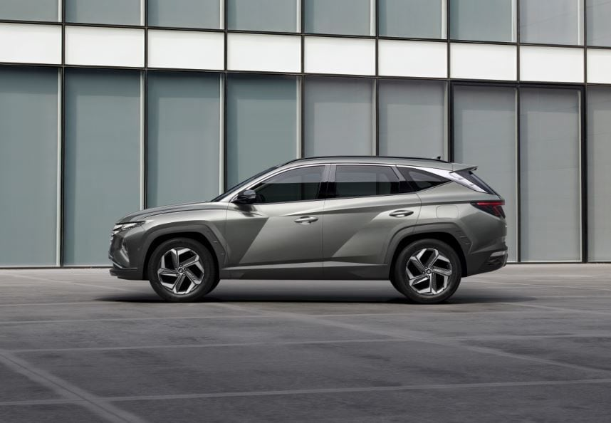 From the side, the new Tucson gets rid of sharp and straight body lines for lines which seek to draw triangular shapes in what appears artistically abstract.