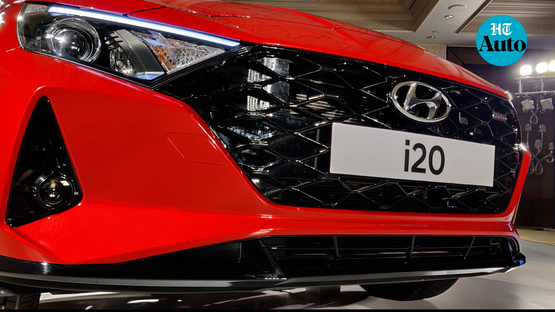 The new i20 gets a new front grille that Hyundai describes as Parametric Jewel pattern grille. It is flanked on either side by catchy LED head lamps which come with the i20 branding. Sitting under these are the projector fog lamps in a D-shaped casing.