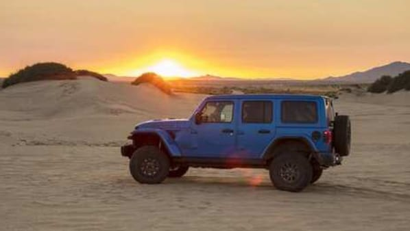 The car is equipped with 33-inch wheels mounted on 17-inch wheels, and Jeep says it improved the attack and departure angles. The Jeep will have improved off-road capability with 32.5 inches of water clearance and improved suspension articulation.