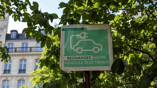 An electric vehicle charging station street sign sits on display in Paris, France. (File photo) (Bloomberg)