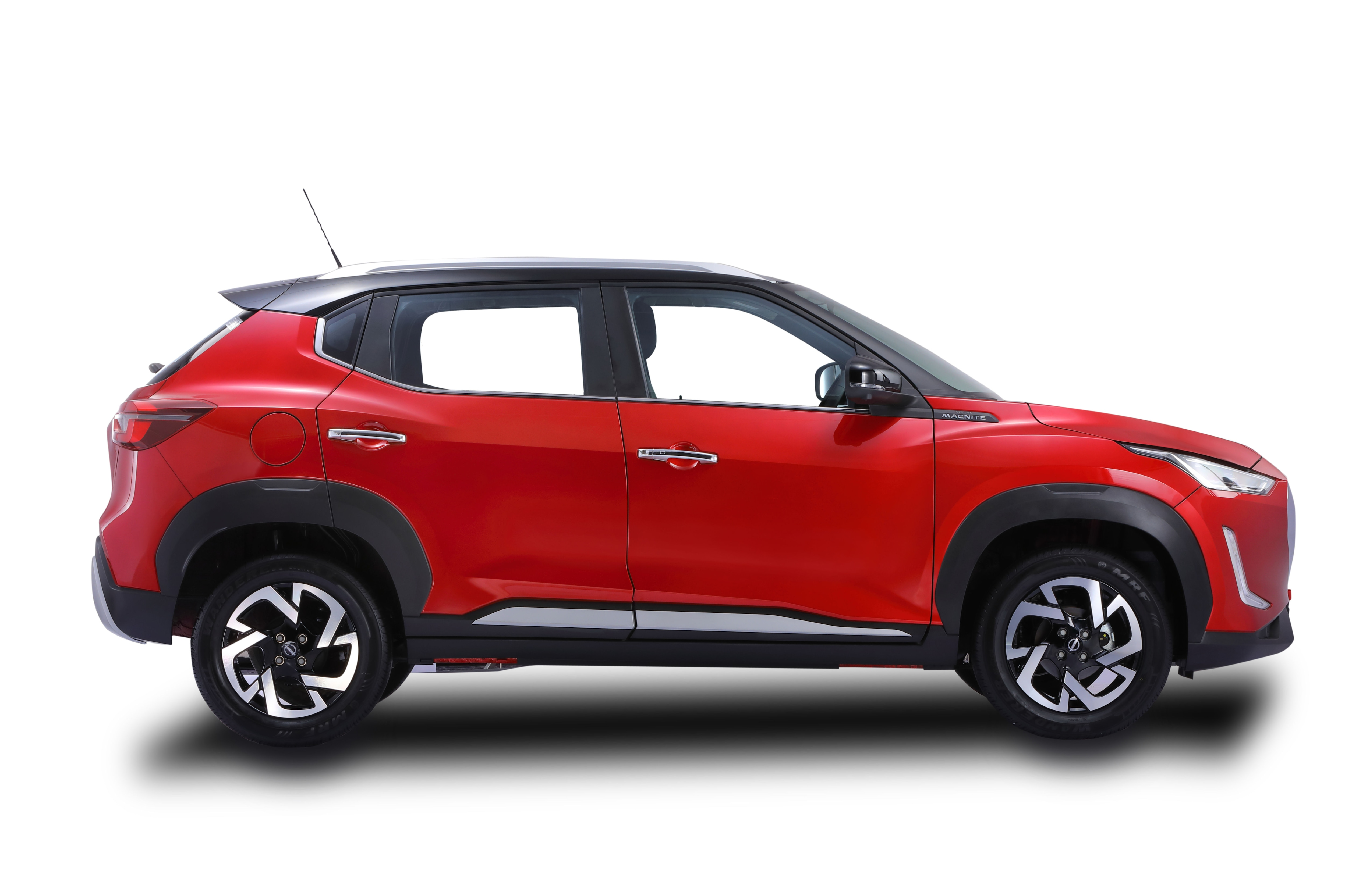 Over at the side, Magnite's design benefits from square wheel arches and a ground clearance of 204 mm. The vehicle gets 16-inch diamond-cut alloy wheels.
