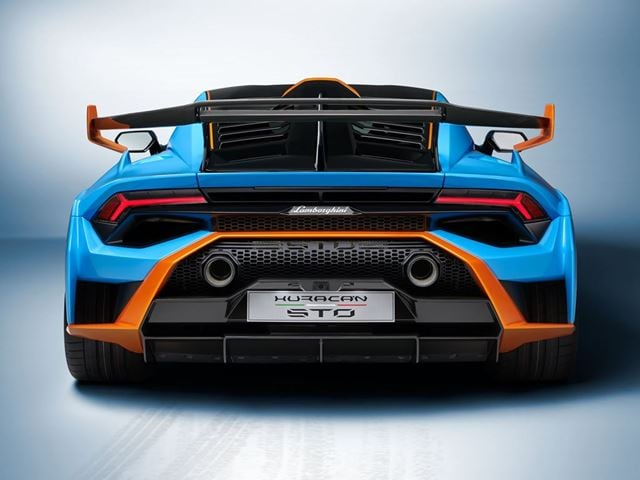 The rear fender derived from the Super Trofeo EVO decreases the front area and the drag as well as a result, also while increasing aerodynamic efficiency. The integrated 'shark-fin' on the rear bonnet improves the car's dynamic abilities.