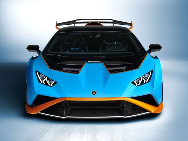 The front bonnet, front bumper and fender are comprised of a single element called 'cofango' created by the Lamborghini engineers which basically combines the front bonnet and the fender. The new air ducts on the front bonnet will allow airflow through the central radiator for more effective engine cooling and generate downforce.