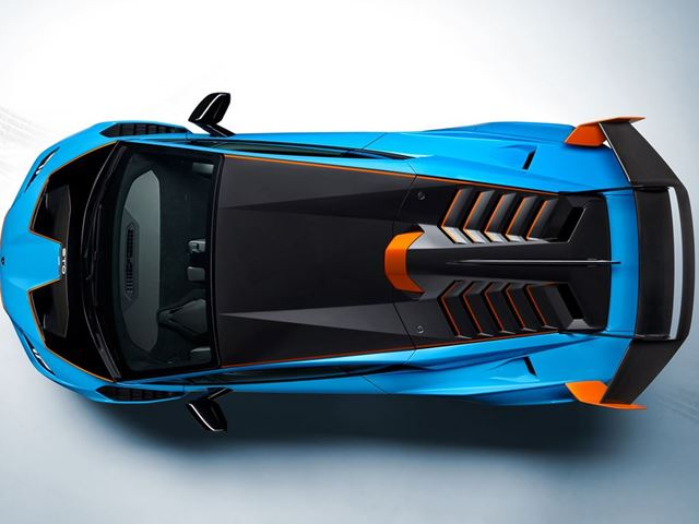 75% of the Huracan STO is made of carbon fibres (including the interiors), significantly reducing the weight of the automobile when compared to the Performante it replaces. The overall dry weight of the car is 1,339 kilos.