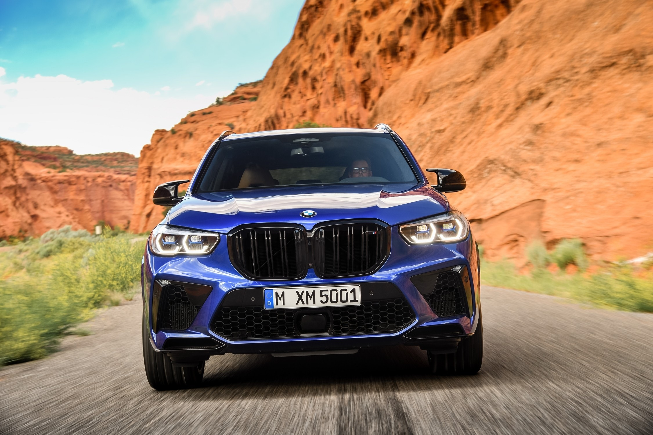The X5 M Competition will have a dominant road presence thanks to its large front bumper air intake openings which will feed additional air to the coolers. The Sports Activity Vehicle (SAV) will also feature the BMW Laserlight which has a range of around 500 metres.